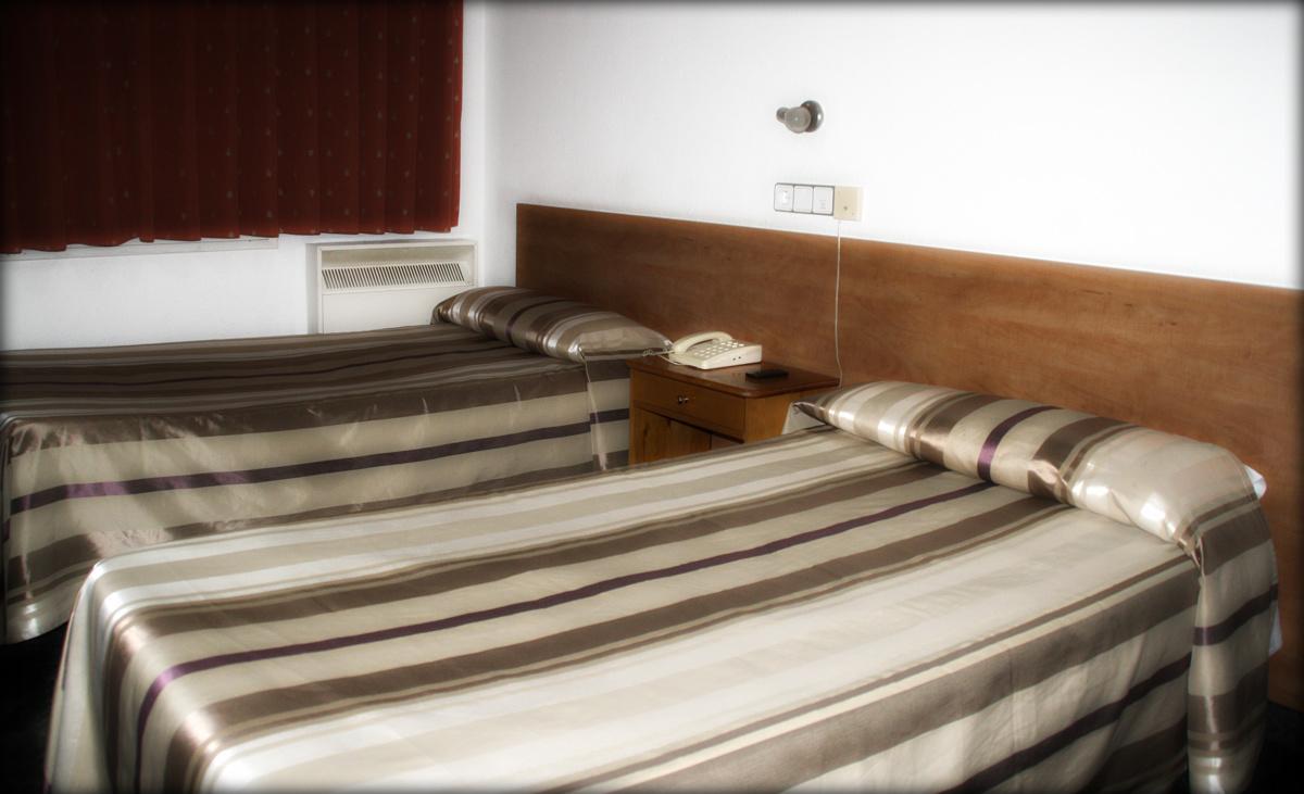Habitaci n doble zaragoza hostal a sa ochoa hostal for Hostal zaragoza